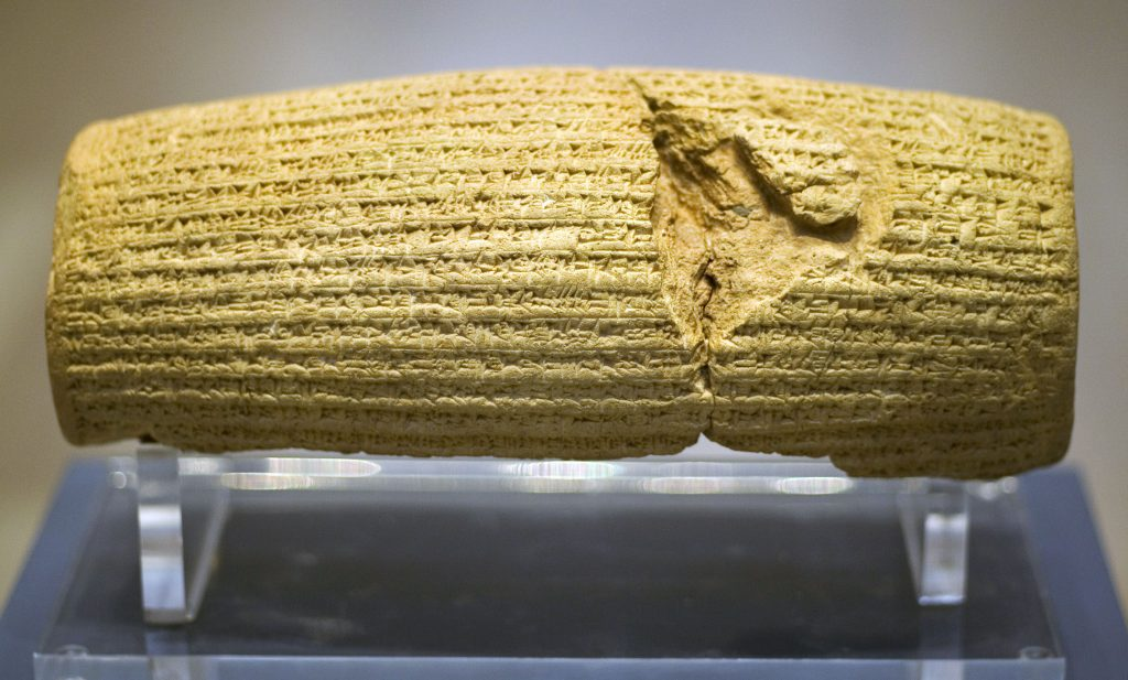 Lercylinder, lätt skadad, med inskriptioner