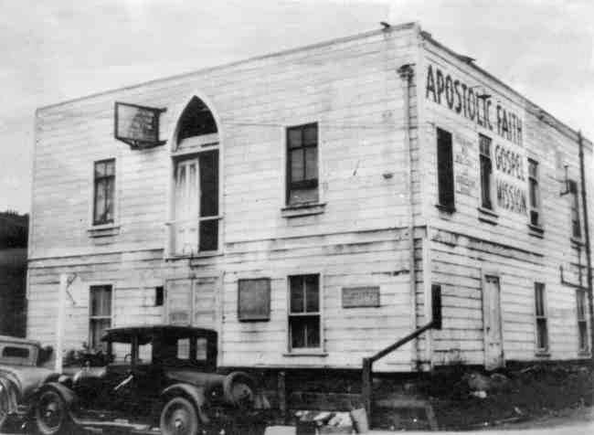 Enkelt trähus med skylten Apostolic Faith Gospel Mission