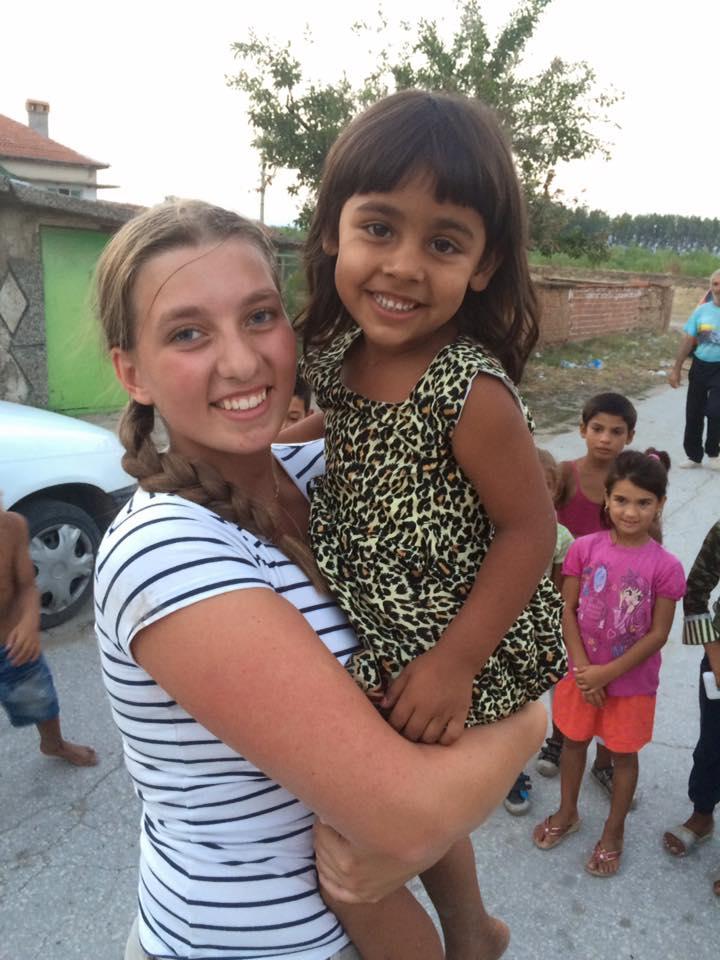 Svensk tjej som håller bulgarisk flicka i famnen