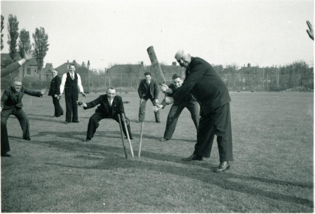 Donald Gee spelar cricket