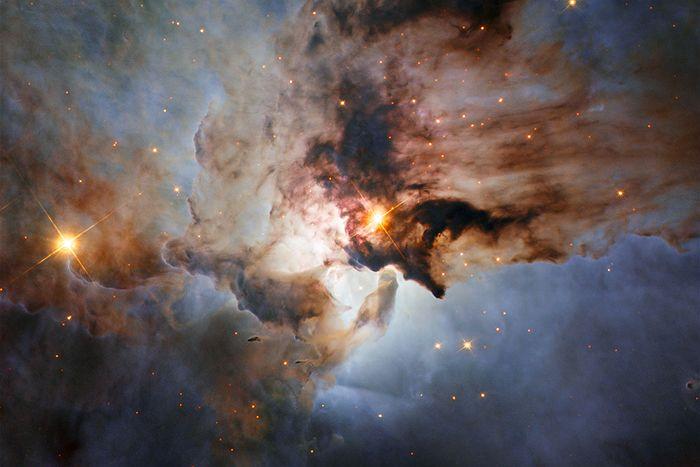 Ljus och molnliknande formationer i universum