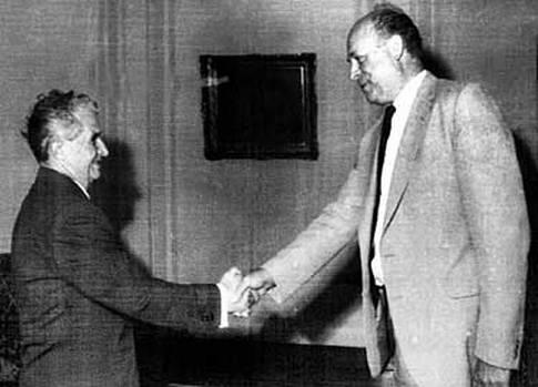 Två män som skakar hand